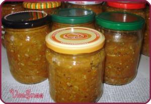 kabachkovaja-ikra-s-lukom-i-tomatnoj-pastoj-1