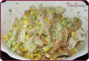salat-iz-kuricy-gribov-i-kukuruzy-1