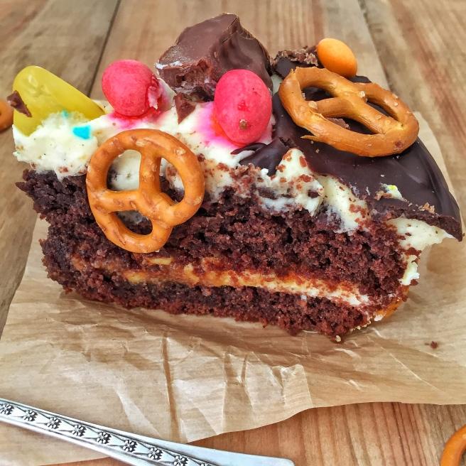 Tort-sniker-s-solenoj-karamelju-4