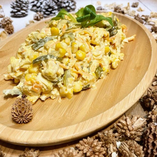 Salat-s-marinovannymi-ogurcami-i-kukuruzoj-1